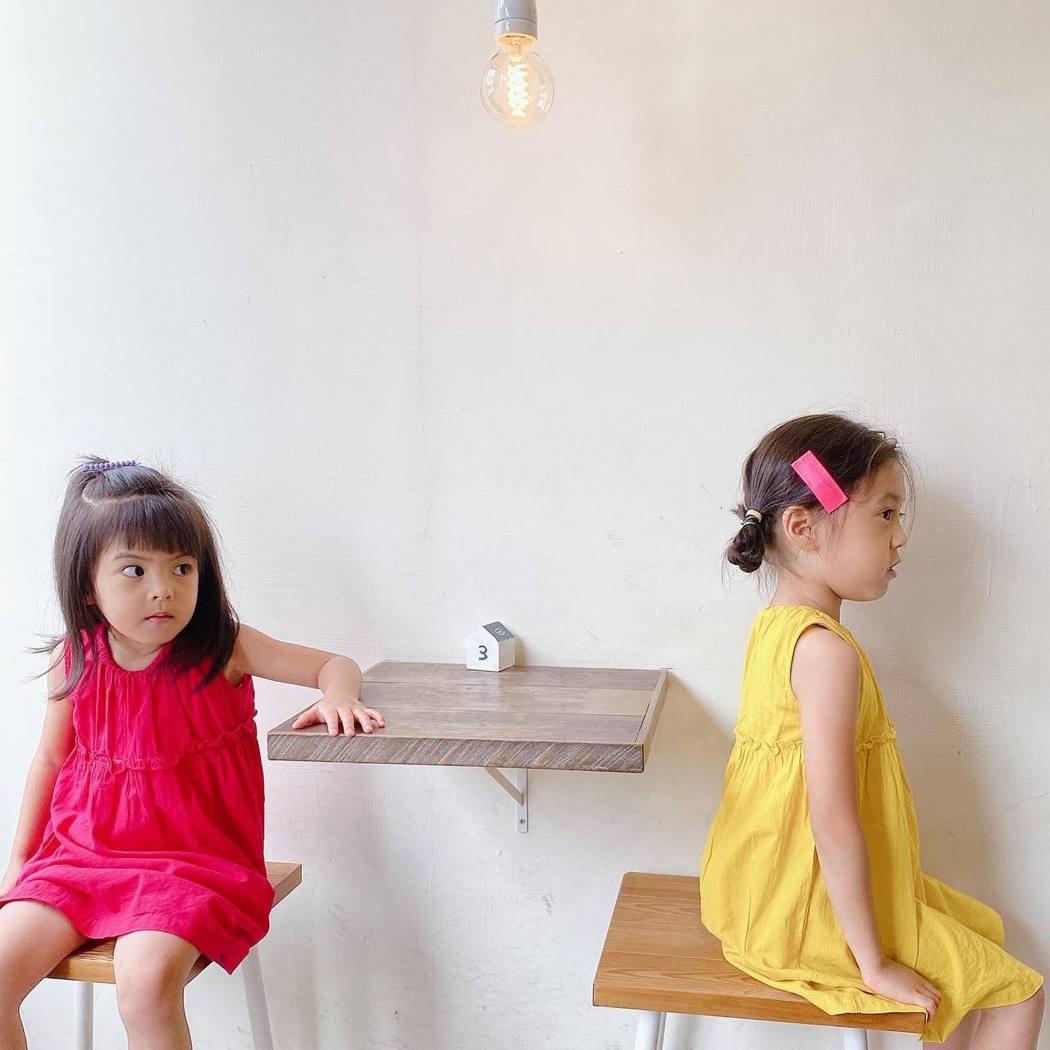 修杰楷今天一大早還曝光兩個女兒的萌照。圖/擷自臉書