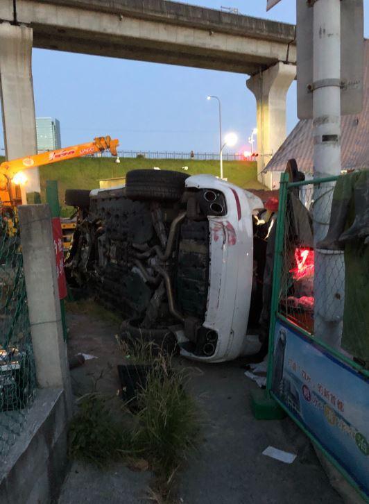 車輛自撞人行道與變電箱後翻覆再撞上工地。記者柯毓庭/翻攝