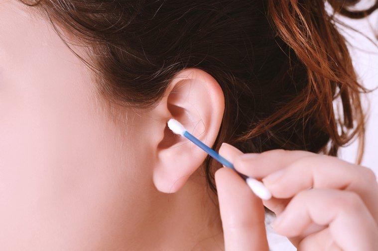 要改掉挖耳的不良習慣,尤其不要用不干淨的手和物品或者公共場合共用的器具挖耳朵。圖...