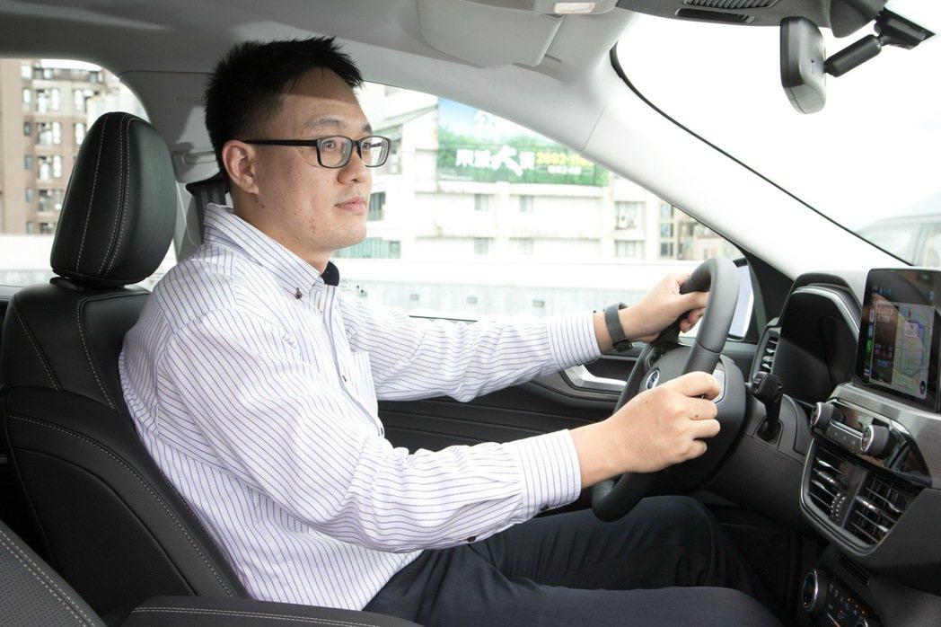 人高馬大的佳威,擁有超過185cm的身高,對於車款的空間表現感受更深。 記者陳立...