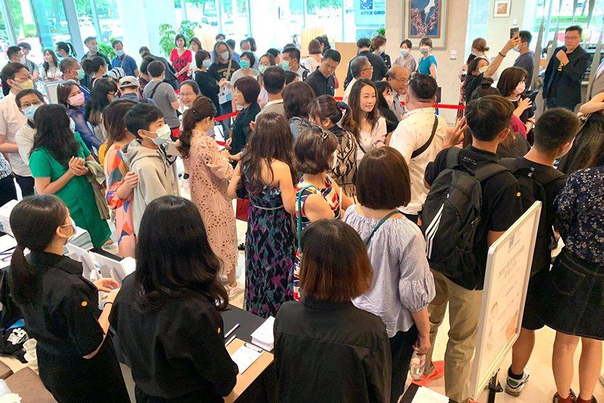 會場內湧現熱鬧的人潮,展現臺中豐沛的藝文活力,及臺灣防疫成果與臺灣人民對藝術的熱...