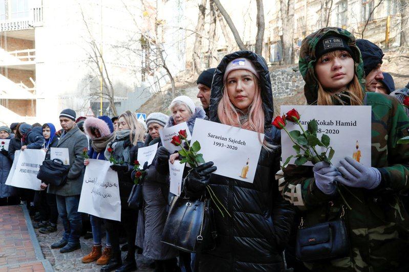 伊朗今年1月意外擊落一架烏克蘭國際航空客機。圖為民眾為遇難者舉辦悼念儀式。 路透社