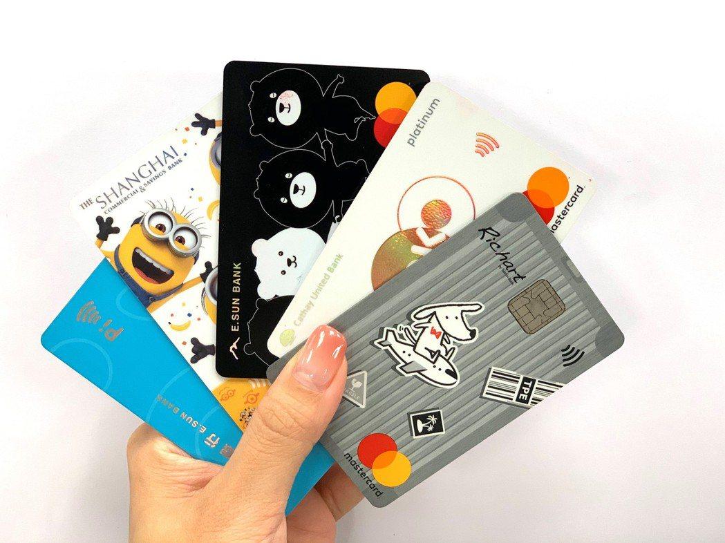 為搶攻消費簽帳,熱門信用卡紛紛祭出「疫情趨緩下」的信用卡權益,卡友們要趕緊找一下...
