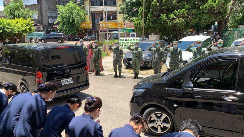 殉職飛官由國軍新竹醫院移靈至國軍桃園總醫院,官兵列隊敬禮。記者巫鴻瑋/攝影
