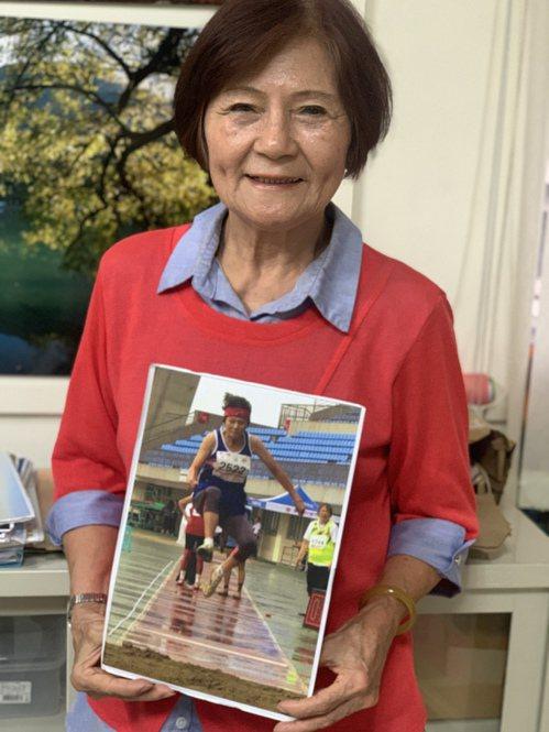 相信嗎?這是噴射機阿嬤潘秀雲80歲時參加跳遠比賽的照片。記者吳貞瑩/攝影