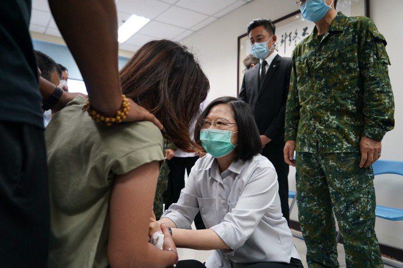 蔡英文總統(蹲下者)昨天到新竹弔唁殉職飛官和慰問家屬。記者巫鴻瑋/翻攝