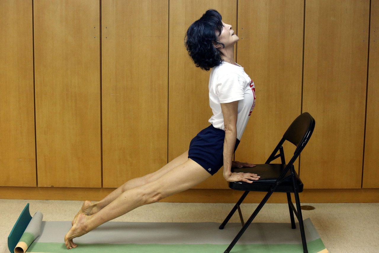 陳淑麗示範椅子瑜伽,有椅子就隨時可做。記者林俊良/攝影