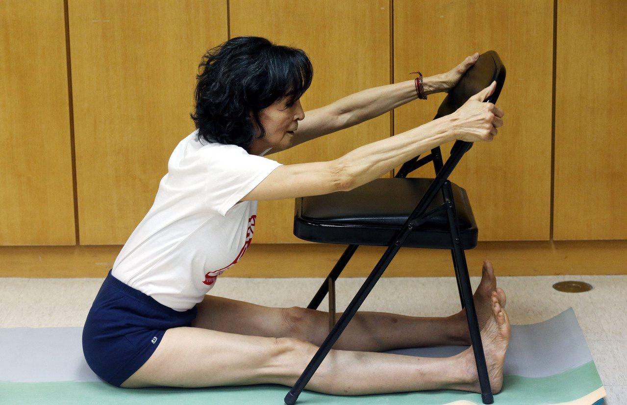 陳淑麗隨手拿張椅子,就能做起整套辦公室瑜伽。記者林俊良/攝影