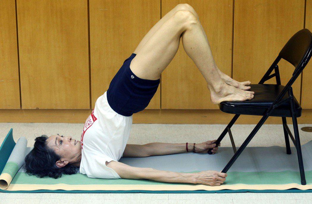 陳淑麗練瑜伽30多年,一張椅子就能練出好體力。記者林俊良/攝影