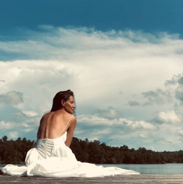凱蒂荷姆絲穿白紗,引發不少聯想。圖/摘自Instagram