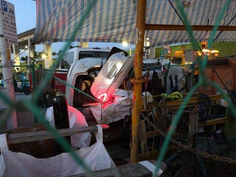 開百萬Maserati Levante載3友人 疑高速變換車道失控自撞車全毀