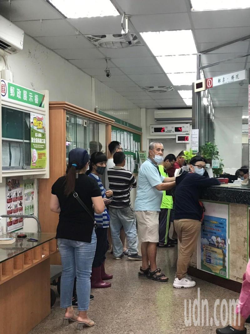 時近中午,郵局的購買人潮已經減少很多,不到10分鐘就買到三倍券。記者徐白櫻/攝影