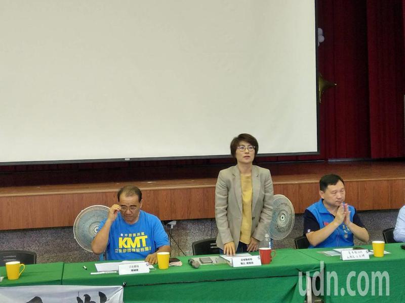 台東縣政府今天舉辦阿帕契規劃進駐台東說明會,由縣長饒慶鈴(站立者)主持,她持堅決反對態度。記者尤聰光/攝影