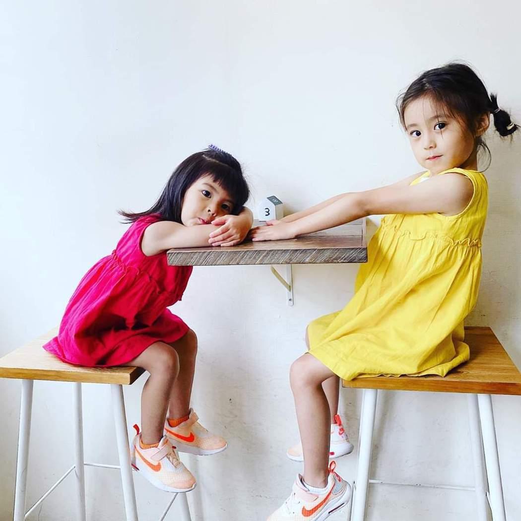 咘咘(右)、波妞萌照有如網美。圖/摘自臉書