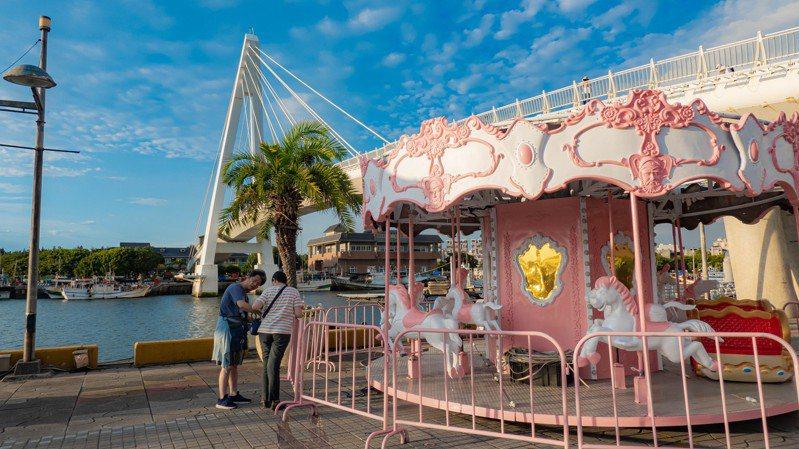 新北市農業局在淡水漁人碼頭放置粉色系遊樂設施,讓民眾免費體驗。圖/新北市農業局提供