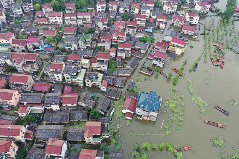 受石臼湖水位持續上漲影響,南京市溧水區和鳳鎮張家社區16日已經淹水,令人擔心的是,目前水位仍在繼續上漲中。新華社