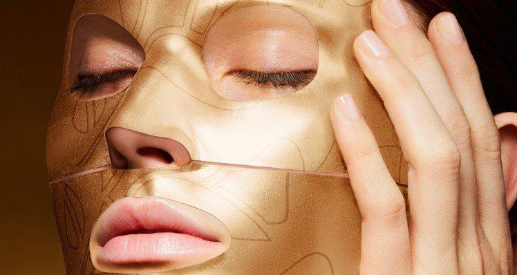 蘭蔻推出絕對完美24K黃金玫瑰霜面膜,直接往臉上貼金。圖/蘭蔻提供