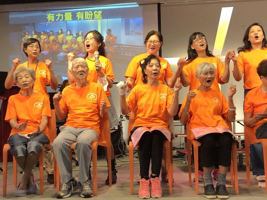 失智者和家屬合組的甘泉咖啡坊詩班今天表演詩歌,演出精彩,許多觀眾說分不出誰是失智...