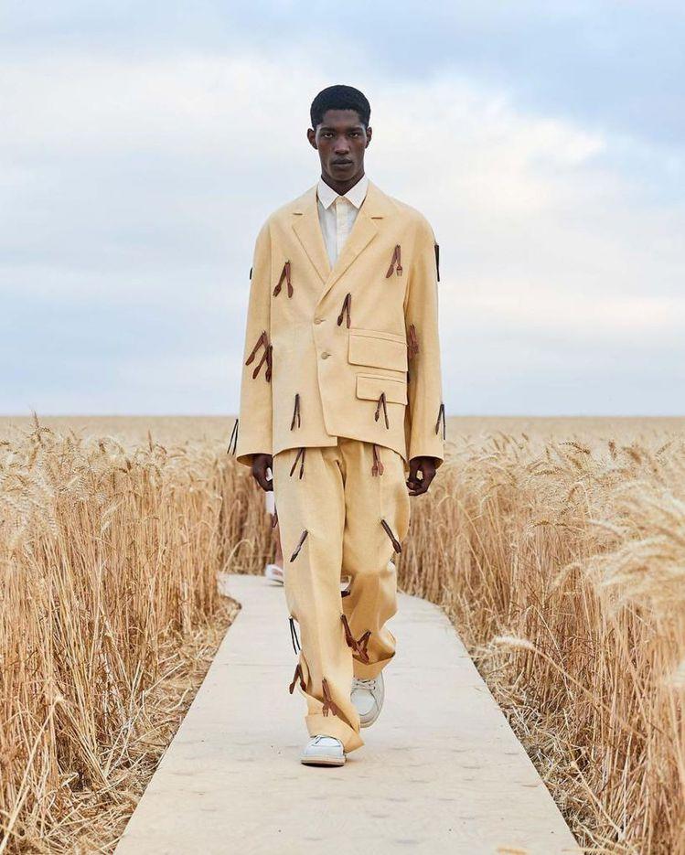 模特兒身上的西裝細節,是一串串的刀、叉皮革裝飾。圖/取自IG