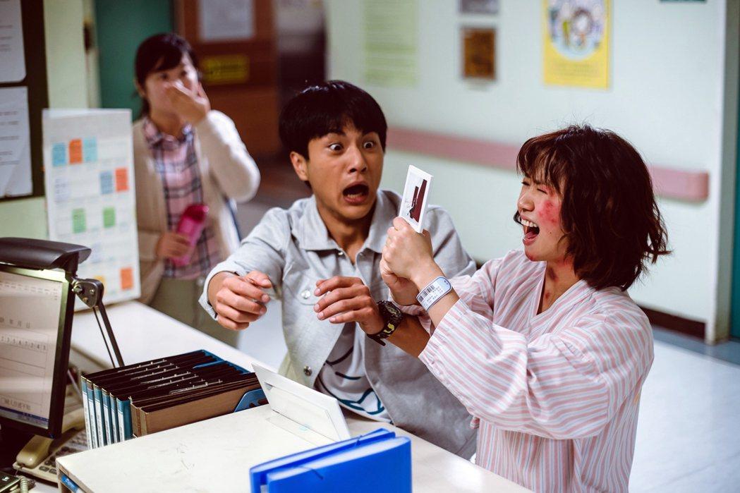 嚴正嵐(右起)演出「老姑婆的古董老菜單」驚臉紅腫超崩潰,李冠毅也嚇一跳。圖/華視