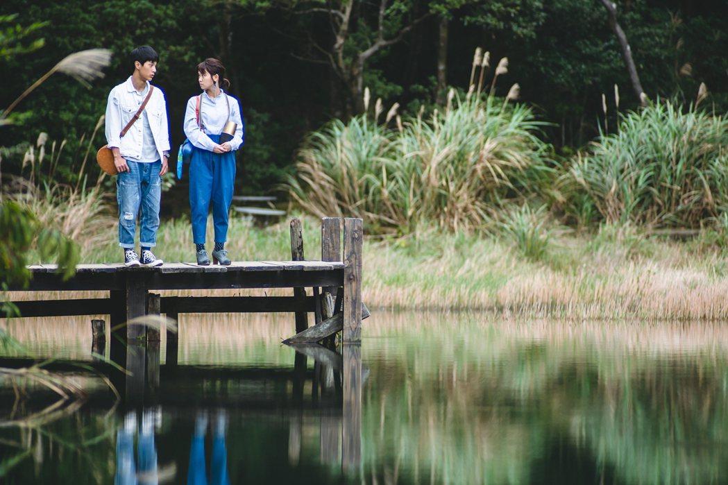 嚴正嵐(右)抱著自己的聲控管家音箱「路易」,和李冠毅到湖邊散心。圖/華視提供