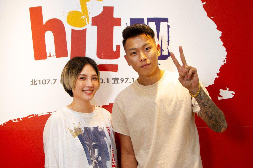 魏如萱(左)準備「50道陰影大哉問」拷問瘦子。圖/Hit Fm聯播網提供