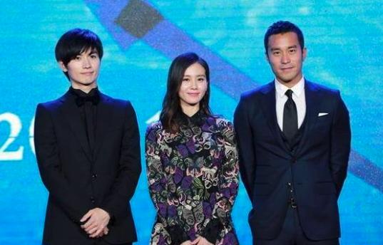 三浦春馬(左)曾與張孝全(右)、劉詩詩(中)合作電影「深夜前的五分鐘」。圖/摘自