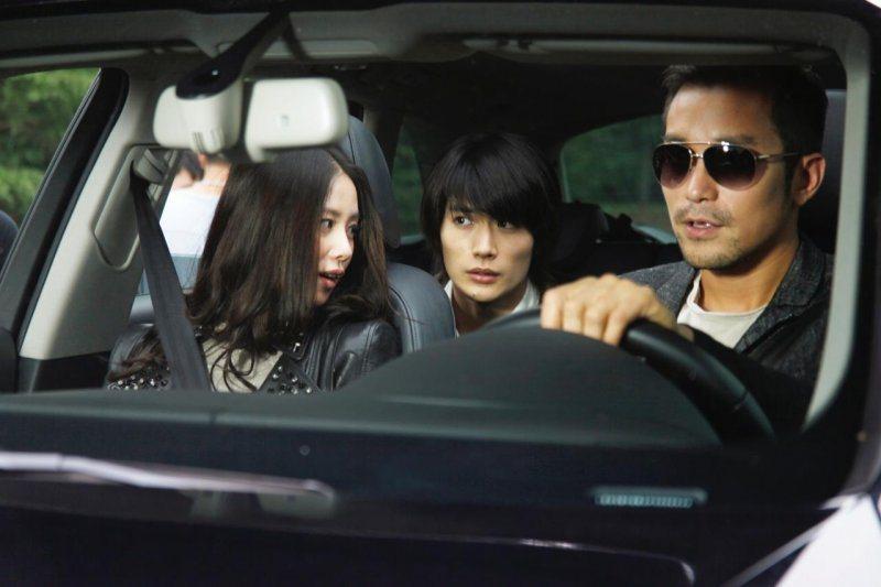 三浦春馬(中)曾與張孝全(右)、劉詩詩(左)合作電影「深夜前的五分鐘」。圖/凱擘...
