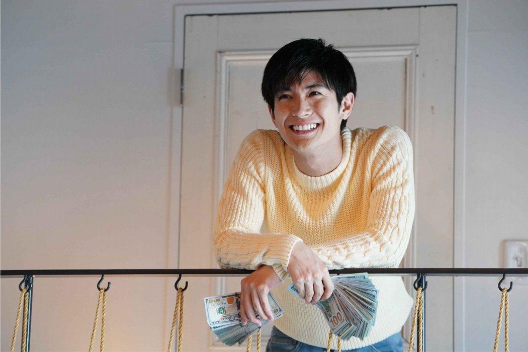 三浦春馬在熱門戲劇改編的電影「信用欺詐師JP」擔綱要角。圖/傳影互動提供