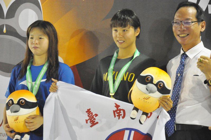 屏東囝仔郭芮安(中)摘下國女組800公尺自由式金牌,且締造游泳第一項大會新紀錄。記者曾思儒/攝影