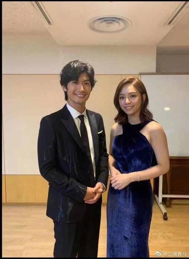 三浦春馬在頒獎典禮後台巧遇宋芸樺。圖/摘自微博