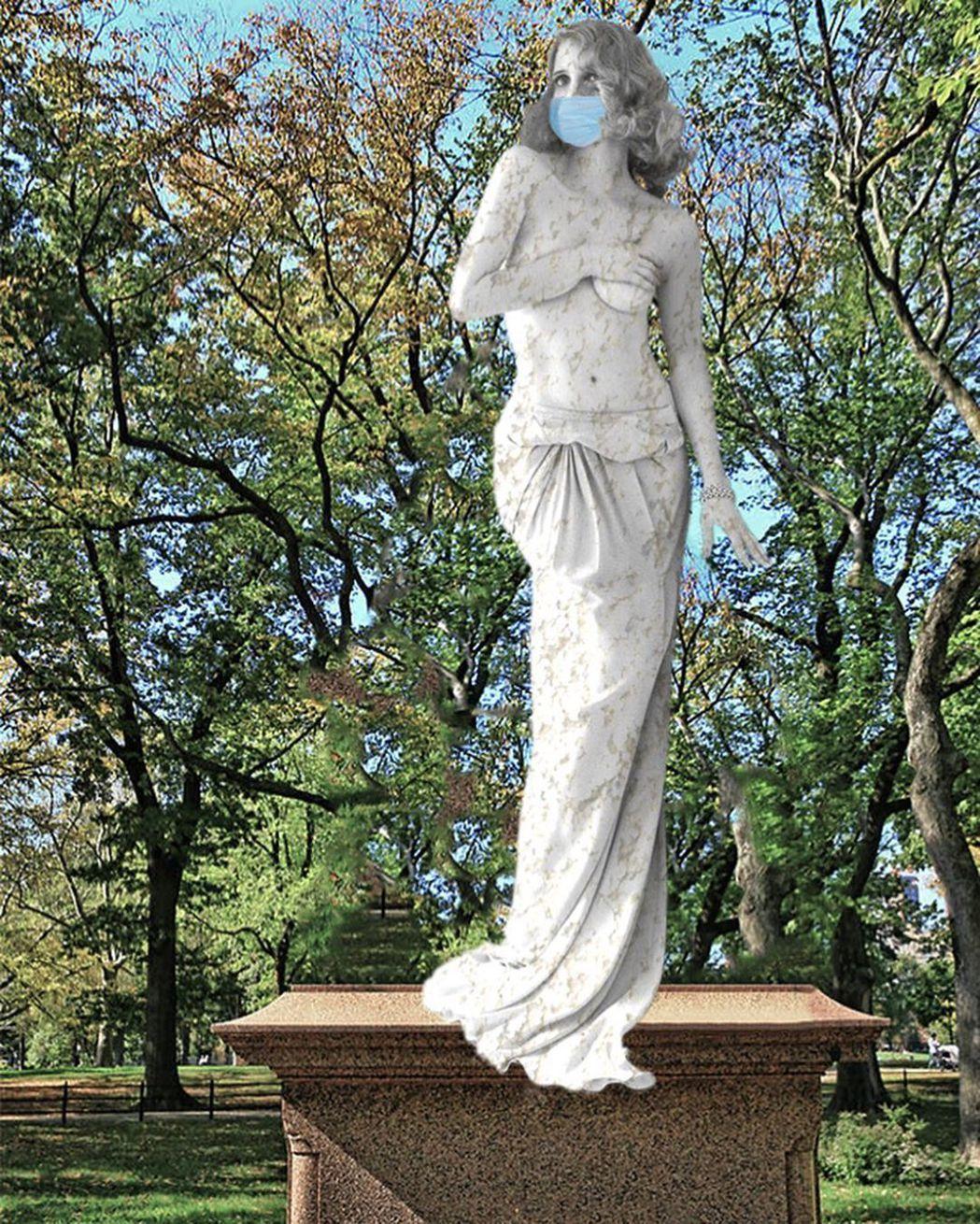 和潔西卡雀絲坦造型、動作類似的雕像,卻有戴口罩。圖/摘自Instagram