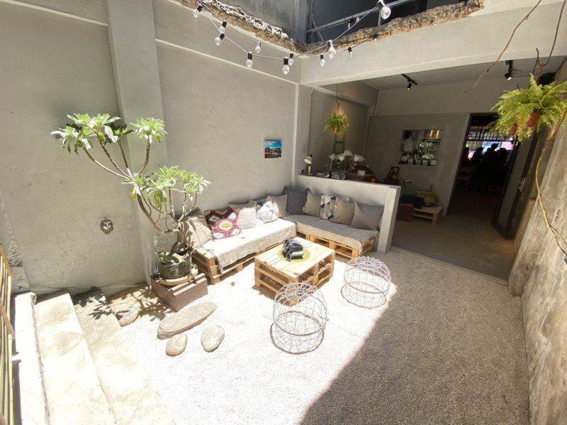 桃園市文化局今年與青年團隊合作,整修富岡老街一棟老屋,作為創生基地「富富小山岡」。圖/文化局提供