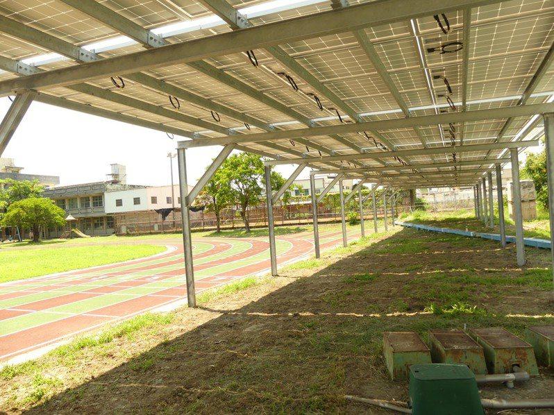 屏東縣有國小校園竟將光電設施蓋在操場跑道旁,壓縮到學童運動空間。圖/縣議員李世斌辦公室提供