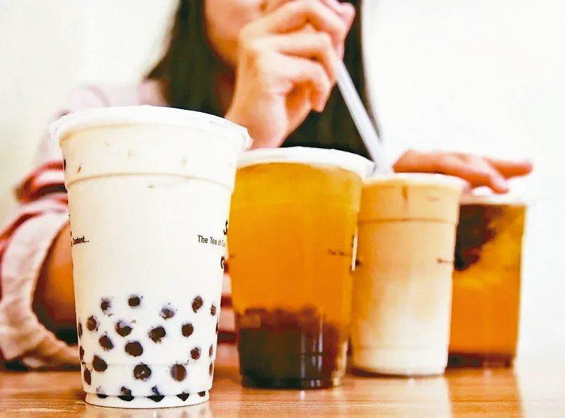 夏天狂吃冰、喝冷飲,恐導致腸胃吸收不良,出現血糖過高等症狀。 圖/聯合報系資料照...