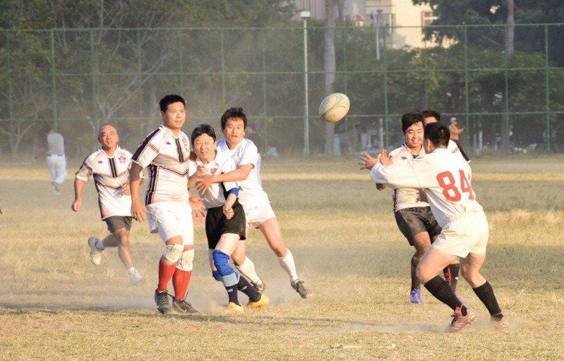 每年張聰本(左四)仍撥空參加球隊活動,回味在球場上和昔日戰友一起奮戰的「橄覺」。 張聰本提供
