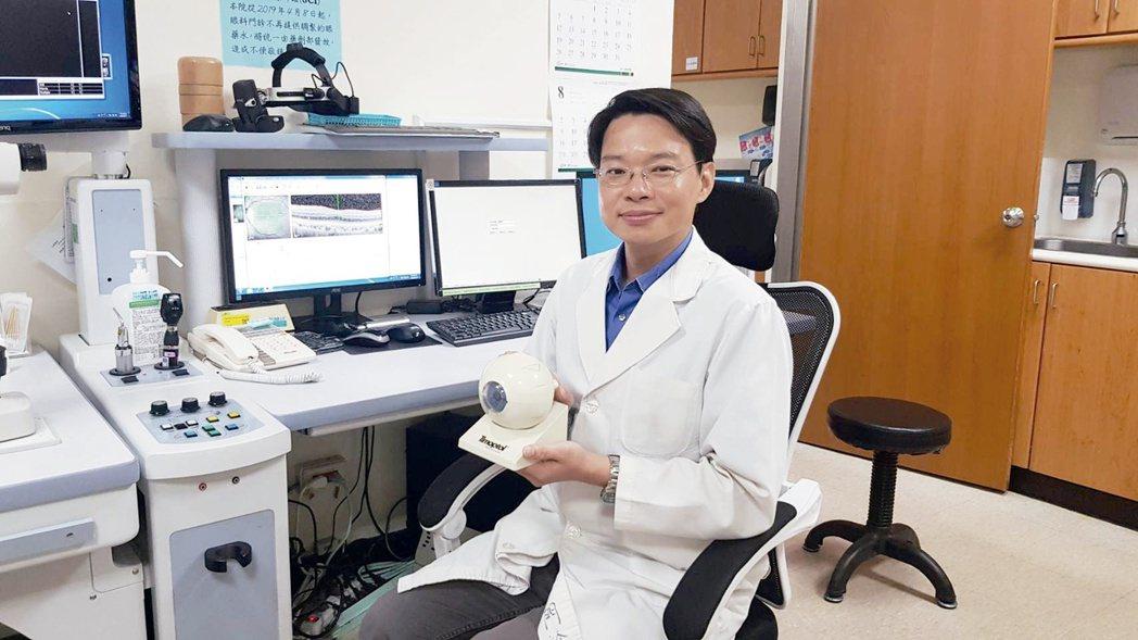 高雄市立小港醫院眼科主任鄭凱駿提醒,50歲以上中老年人是濕性老年性黃斑部病變的高...