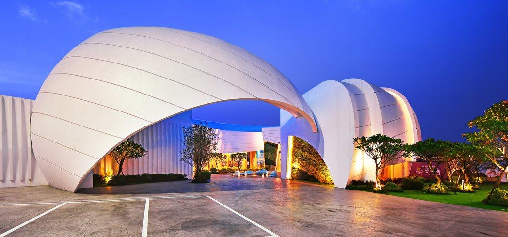 「愛琴海」白色造型接待中心,成為近期台南打卡亮點。圖片提供/興富發建設