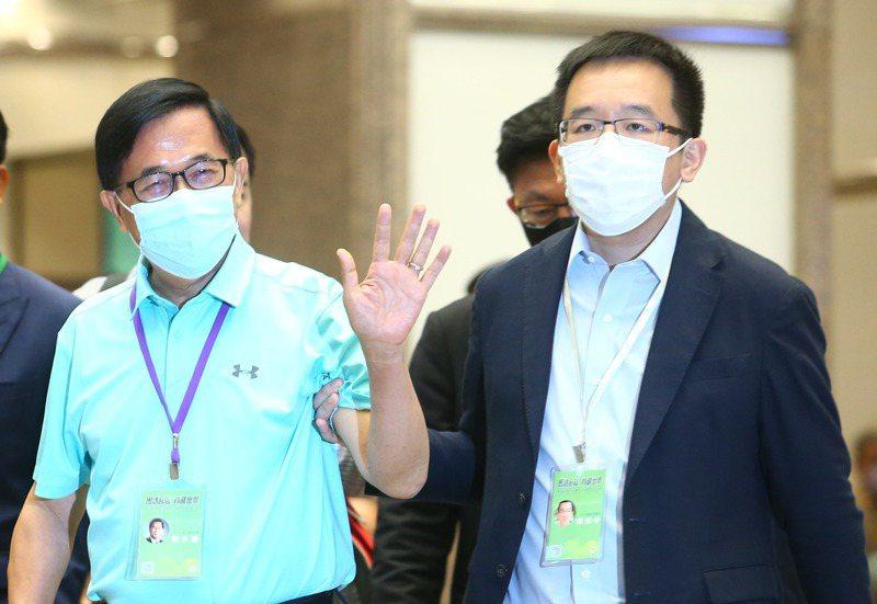 前總統陳水扁(左)在兒子陳致中(右)的陪同下出席全代會投票,結束後向媒體揮手離去。 記者葉信菉/攝影