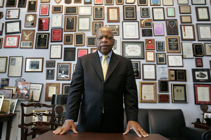 非裔喬治亞州國會眾議員、民權鬥士路易斯(John Lewis)17日晚與世長辭,享壽80歲。 美聯社