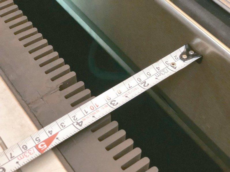 七月十四日記者第二次實測,丈量發現裝有橡膠齒梳後,月台和車廂間隙約十公分。 記者王慧瑛/攝影