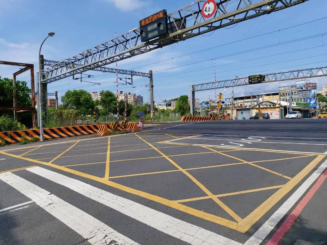 很多機車騎士被罰1.5萬元,才知道平交道黃網線不能臨停等火車,氣到跳腳,汽車要罰...
