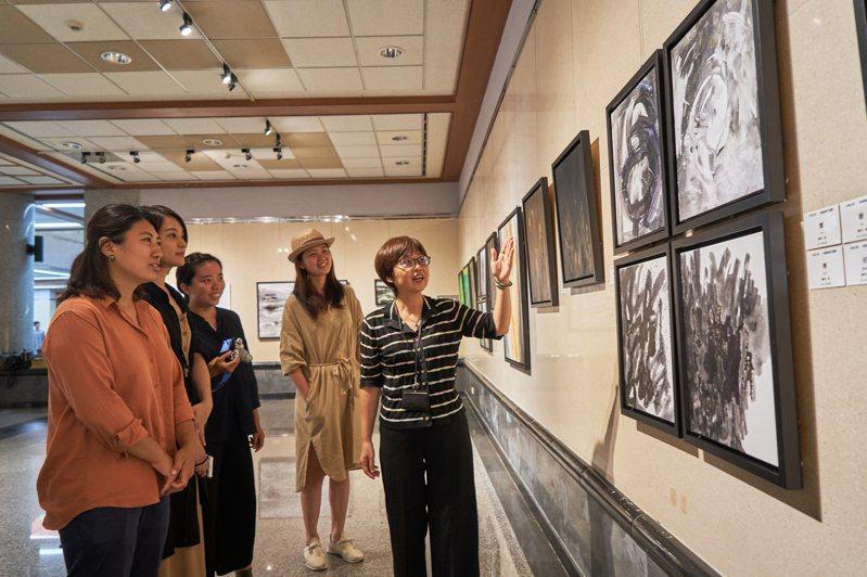 卓淑敏的作品黑白、明亮,目前在台中市港區藝術中心展出。記者游振昇/攝影