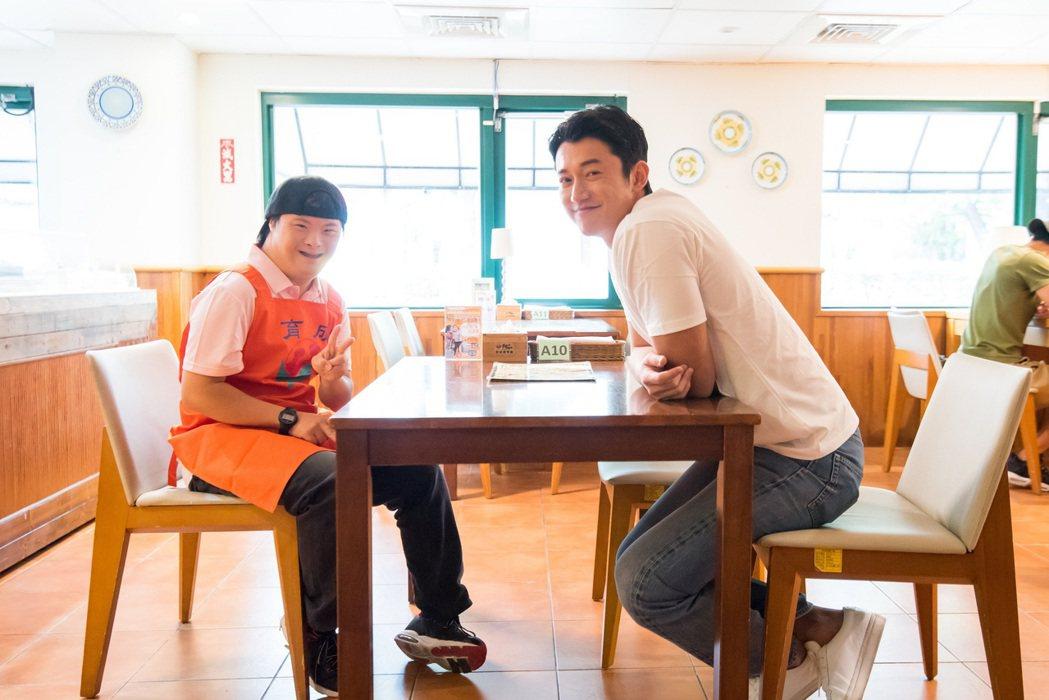 吳慷仁(右)為育成基金會擔任零錢捐愛心大使。圖/育成基金會提供