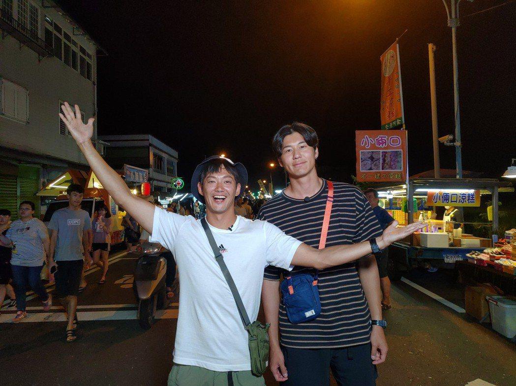 威廉(左)和風田一起逛宜蘭清溝夜市。圖/TVBS提供