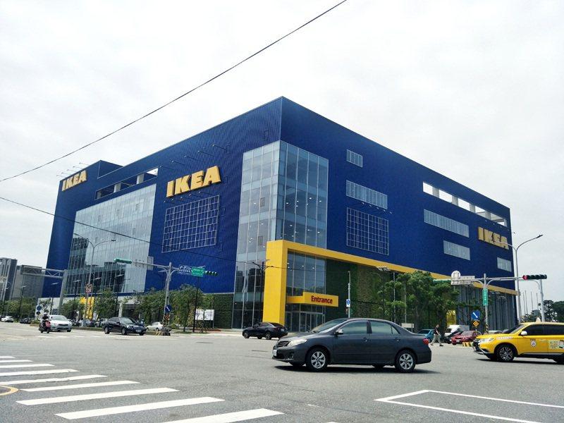 IKEA宜家家居桃園店本月22日關店後,青埔新IKEA桃園店(見圖)23日開幕銜接營業,成為北台灣最大IKEA旗鑑店,提供消費者購物、玩樂體驗。記者曾增勳/攝影