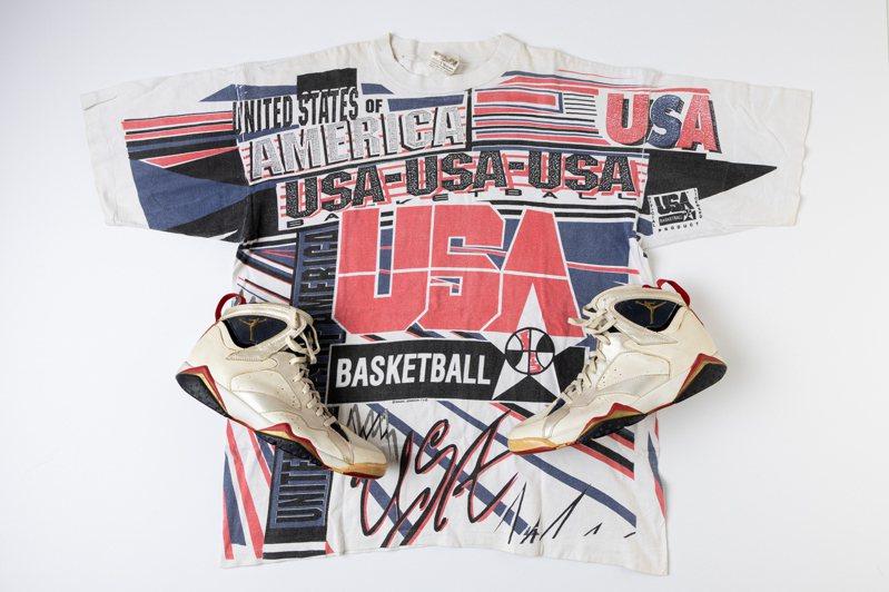 """拍品編號6號是喬丹於1992年率領「夢幻一隊」勇奪奧運金牌時穿著的Air Jordan 7""""Olympic""""球員專屬比賽藍球鞋,與來自同一藏家的魔術強森的T恤。圖/佳士得提供"""