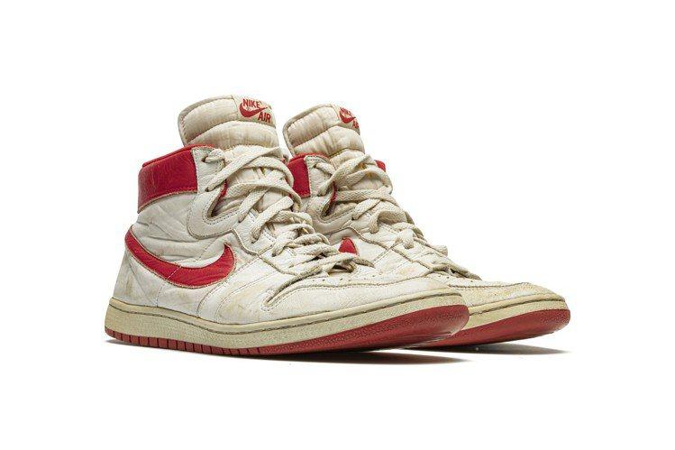 拍品編號1號是他1984年在他NBA第一個賽季中曾經穿著的Nike Air Sh...