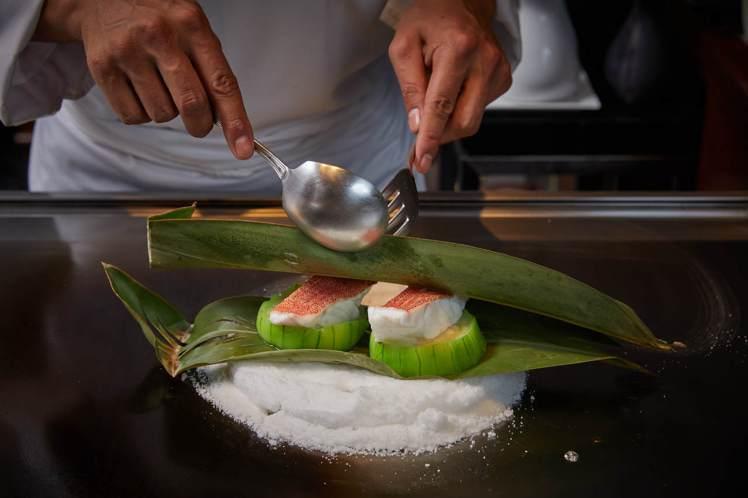 「紅石斑絲瓜」延續UKAI經典的鹽蒸料理手法,共譜海陸交融的美味。圖/Ukai-...