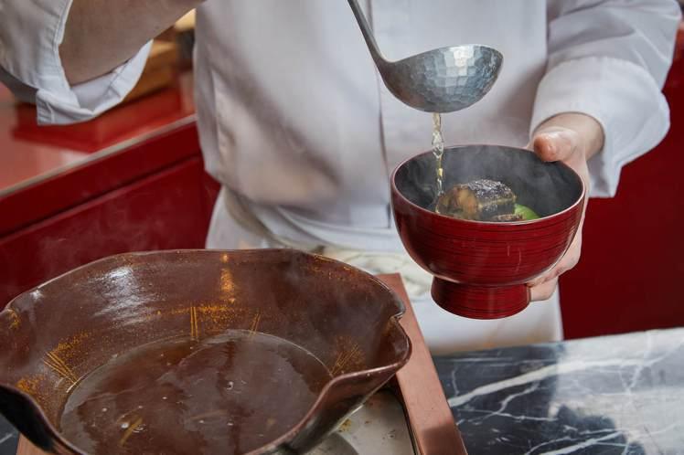 鰻魚搭配柴魚、飛魚熬煮的高湯,製作成鰻魚鍋物上桌。圖/Ukai-tei Kaoh...